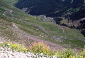 Terugblik tijdens de beklimming van de Col de la Bonette