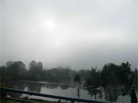 De mist hangt boven l'Isle sur le Doubs