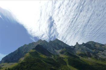 De wolken vliegen voorbij